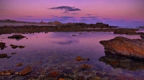 Coucher du soleil rose chez Agulhas Photographie stock