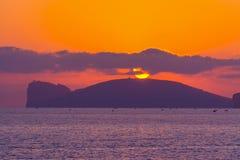 Coucher du soleil rose dans le capo Caccia photographie stock