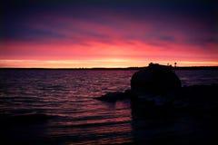 Coucher du soleil rose de ciel avec de l'eau Photographie stock