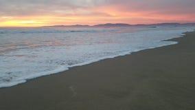Coucher du soleil rose jaune sauvage au-dessus du sable 4k clips vidéos