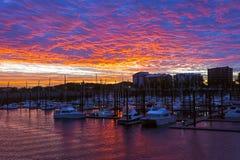 Coucher du soleil rose orange au port Photos libres de droits