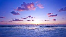 Coucher du soleil rose sur la plage image stock