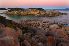 Coucher du soleil rose sur les roches Photographie stock