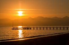 Coucher du soleil rouge à Antalya. Photos stock