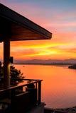 Coucher du soleil rouge à la baie de Siray (Phuket, Thaïlande) images stock