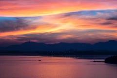 Coucher du soleil rouge à la baie de Siray (Phuket, Thaïlande) photo stock