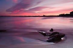 Coucher du soleil rouge à la plage de Blyth Photos libres de droits