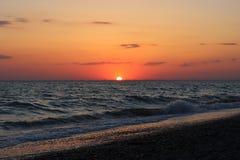 Coucher du soleil rouge ardent au-dessus de la mer Image stock