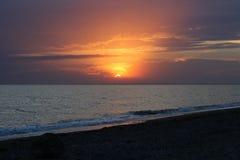 Coucher du soleil rouge ardent au-dessus de la mer Photos libres de droits