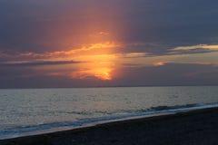Coucher du soleil rouge ardent au-dessus de la mer Photo libre de droits