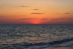 Coucher du soleil rouge ardent au-dessus de la mer Photographie stock libre de droits