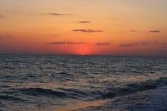 Coucher du soleil rouge ardent au-dessus de la mer Images stock