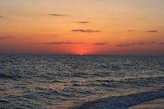 Coucher du soleil rouge ardent au-dessus de la mer Images libres de droits