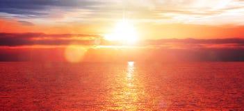 Coucher du soleil rouge au-dessus d'oc?an images libres de droits