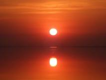 Coucher du soleil rouge au-dessus d'un golfe Image libre de droits