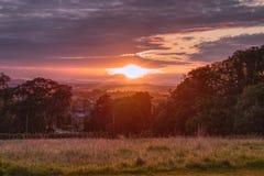 Coucher du soleil rouge au-dessus de colline écossaise images libres de droits