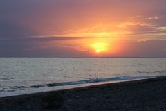 Coucher du soleil rouge au-dessus de la mer Photos libres de droits
