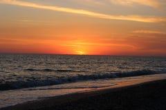 Coucher du soleil rouge au-dessus de la mer Image libre de droits