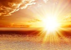 Coucher du soleil rouge au-dessus de la mer image stock