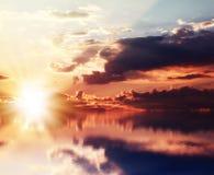 Coucher du soleil rouge au-dessus de la mer photos stock