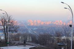 Coucher du soleil rouge au-dessus de la ville Photographie stock libre de droits