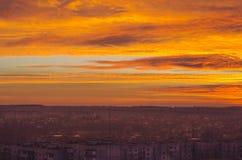 Coucher du soleil rouge au-dessus de la ville Image stock