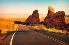 Coucher du soleil rouge au-dessus de route, Nevada du sud Photographie stock