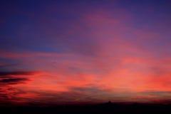 Coucher du soleil rouge avec l'horizon de Monviso Photo stock