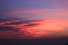 Coucher du soleil rouge avec l'horizon de Monviso Photo libre de droits