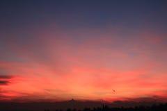Coucher du soleil rouge avec l'horizon de Monviso Images stock