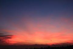 Coucher du soleil rouge avec l'horizon de Monviso Photos stock