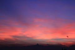 Coucher du soleil rouge avec l'horizon de Monviso Photographie stock libre de droits