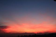 Coucher du soleil rouge avec l'horizon de Monviso Images libres de droits