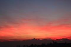 Coucher du soleil rouge avec l'horizon de Monviso Image stock