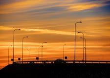 Coucher du soleil rouge dramatique au-dessus de route Images stock