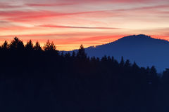 Coucher du soleil rouge du feu au-dessus des montagnes Images stock
