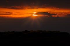 Coucher du soleil rouge foncé Images stock