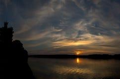 Coucher du soleil rouge majestueux et sa réflexion en rivière Photographie stock