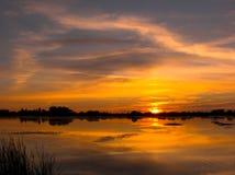 Coucher du soleil rouge par le lac Photos stock