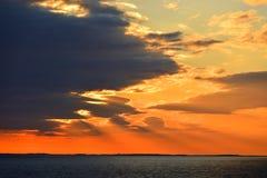 Coucher du soleil rouge sang Derniers rayons du soleil Mer baltique photos stock