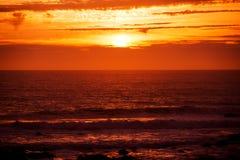 Coucher du soleil rouge scénique d'océan Photo stock