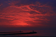 Coucher du soleil rouge sur la plage en Den Haag Image stock