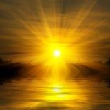 Coucher du soleil rouge sur le lac Photo stock