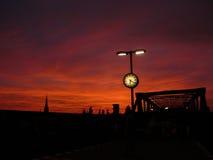 Coucher du soleil rouge sur un arrêt de métro à Berlin Photo stock