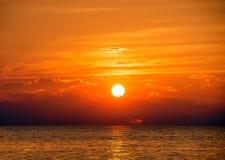 Coucher du soleil rougeoyant du lac Michigan Images stock