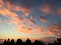 Coucher du soleil rural de ranch de pays de vin avec des arbres et des nuages Images libres de droits