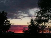 Coucher du soleil rural de ranch de pays de vin avec des arbres et des nuages Photo stock