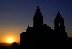 coucher du soleil saint en travers d'église Images stock