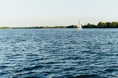 Coucher du soleil saisissant au-dessus du lac avec les nuages et le ciel lumineux Photo libre de droits