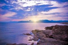 Coucher du soleil scénique à la mer Image stock